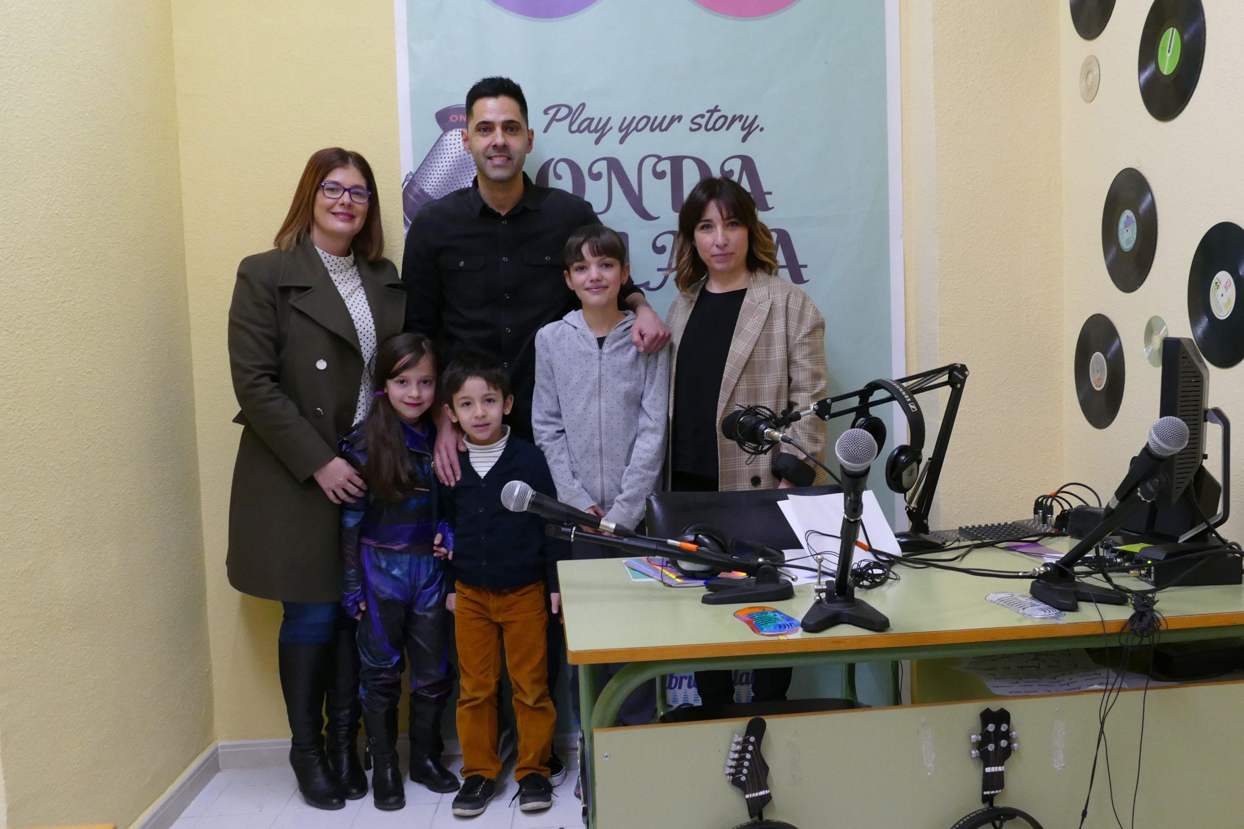 La Alcaldesa visita el taller de radio de los alumnos del CEIP Gabriel Celaya